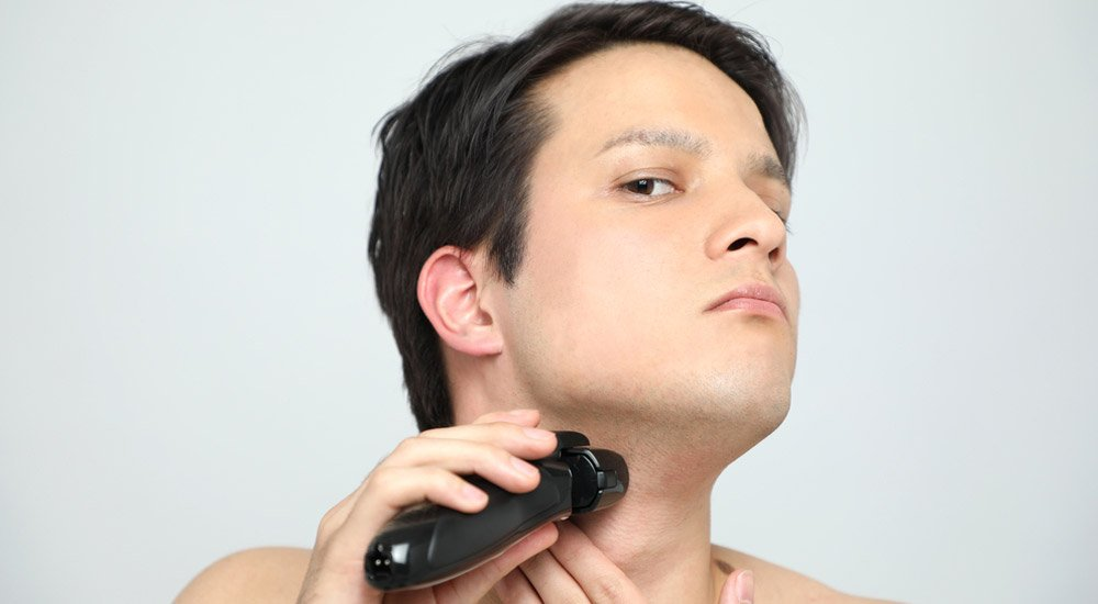 What are the qualities of a shaver suitable for sensitive skin